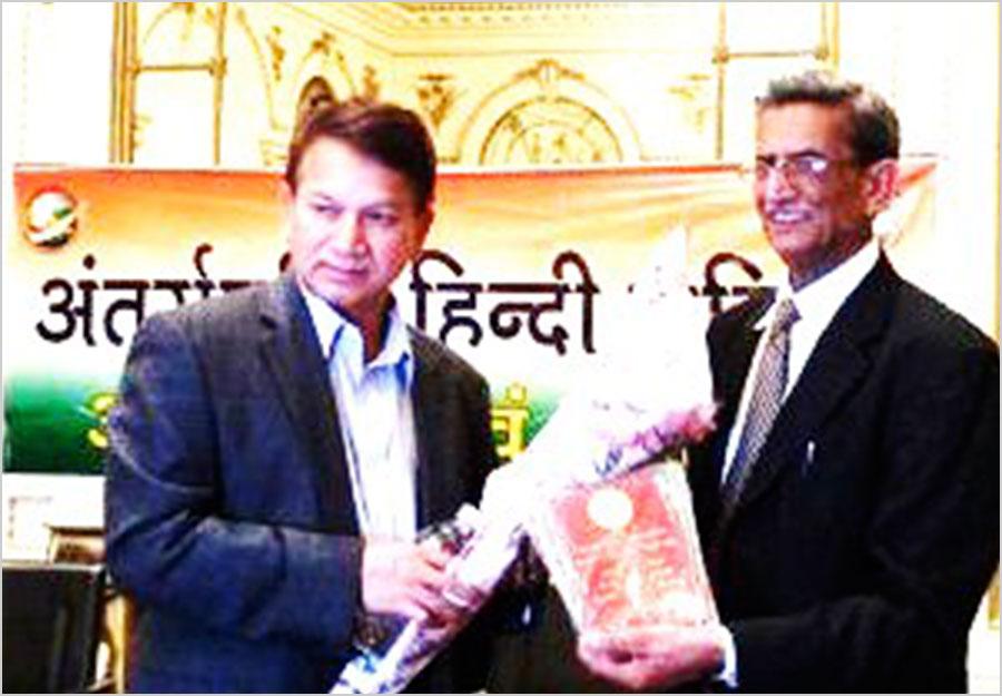 पूर्व अध्यक्ष श्री सुरेन्द्रनाथ तिवारी को सम्मानित करते न्यूयार्क शाखा संयोजक मेजर शेर बहादुर सिंह २४ अप्रैल २००९ को भारतीय कौंसलावास, न्यूयार्क में