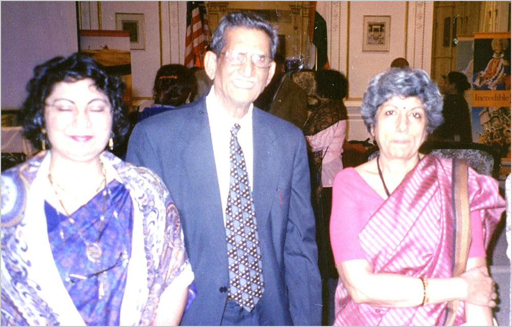 भारतीय कौंसल जनरल श्रीमती नीलम देव के साथ डा० रानी सरिता और न्यूयार्क शाखा संयोजक मेजर शेर बहादुर सिंह १० जनवरी २००६ हिन्दी दिवस पर