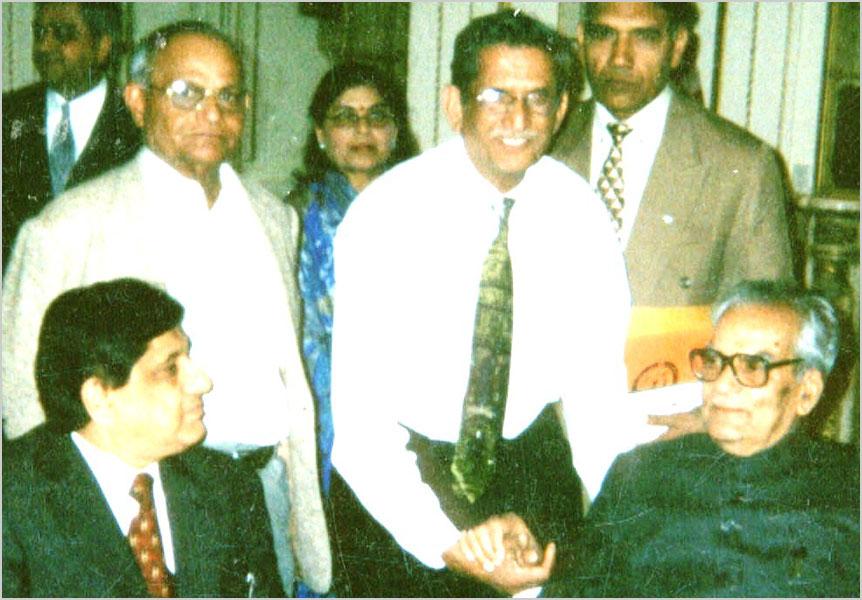 भारत के उपराष्ट्रपति माननीय भैरोंसिंह सखावत के साथ न्यूयार्क शाखा संयोजक मेजर शेर बहादुर सिंह मार्च २००३ में
