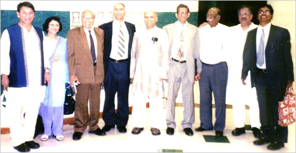 पूर्व अध्यक्ष श्री सुरेन्द्रनाथ तिवारी, सचिव डा० सुधा ढ़ींगरा, (अज्ञात), श्री रामबाबू गौतम, पूर्व अध्यक्ष डा० रविप्रकाश सिंह, न्यूयार्क शाखा संयोजक मेजर शेर बहादुर सिंह, (अज्ञात), और पूर्व शाखा संयोजक श्री हिमांशु पाठक एवं श्री राज मिश्रा सितम्बर २००३ डैलस अधिवेशन स्थल पर