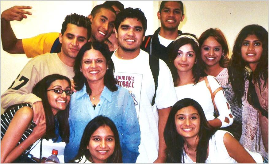 सुश्री मंजू बंसल साउथ मैथडिस्ट यूनिवर्सिटी, टेक्सास की अपनी हिन्दी कक्षा के छात्रों के साथ