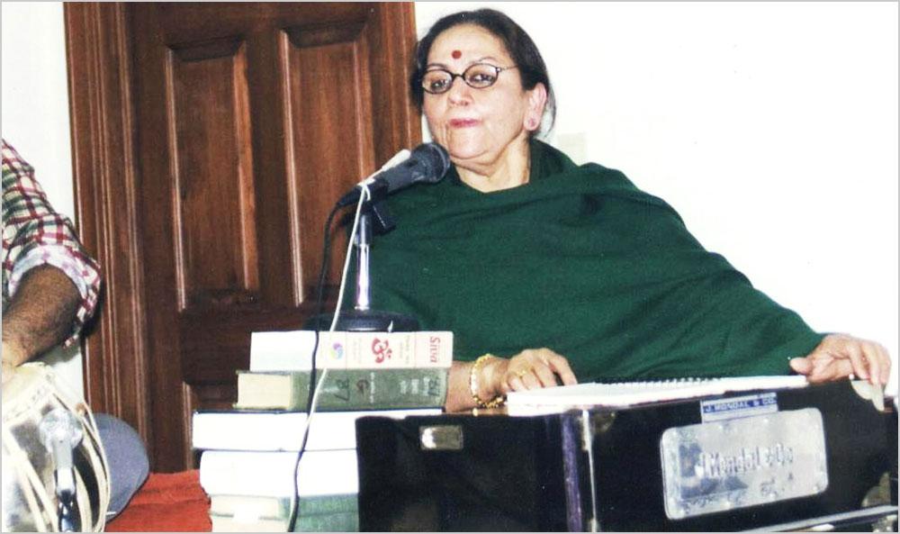 कवयित्री सुभद्रा कुमारी चौहान की सुपुत्री ममता भार्गव बफलो, न्यूयार्क में आयोजित हिन्दी गोष्ठी में झांसी की रानी कविता गाती हुईं