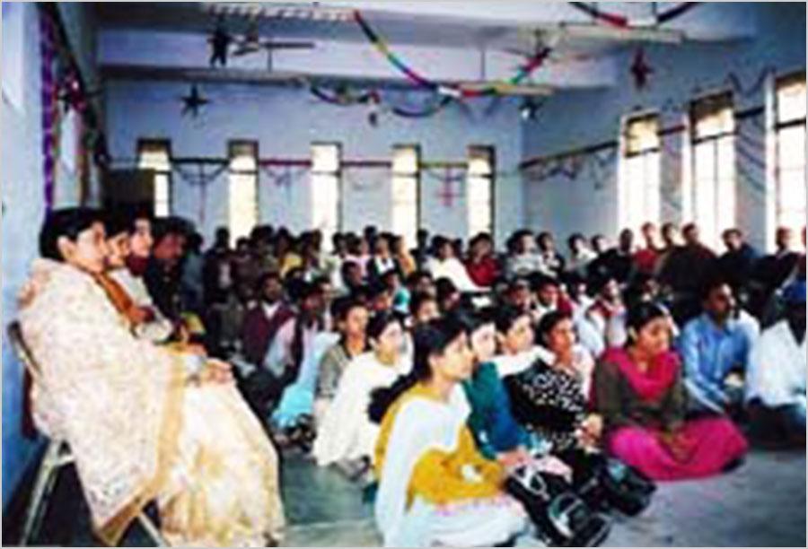 दिसम्बर १९९९ में बनारस हिन्दू विश्वविघालय के छात्रों और शिक्षकों को सम्बोधित करते तत्कालीन अध्यक्ष श्री सुरेन्द्रनाथ तिवारी