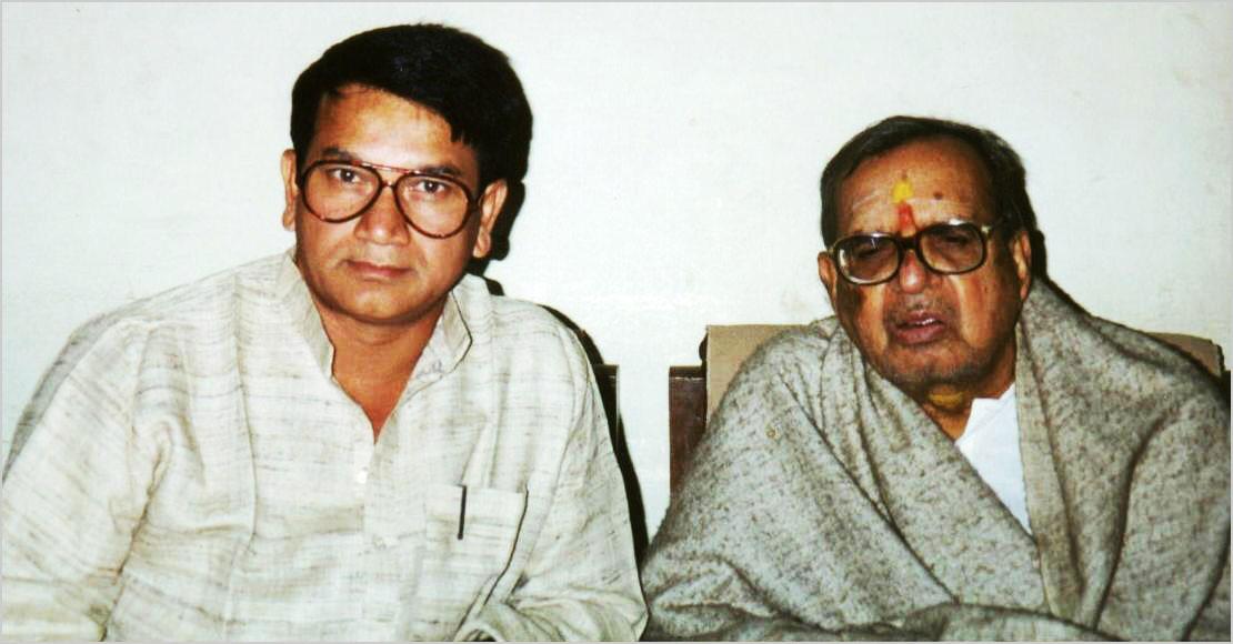 दिसम्बर १९९९ में तत्कालीन अध्यक्ष श्री सुरेन्द्रनाथ तिवारी पद्मभूषण डा० विद्यानिवास मिश्र के साथ वाराणसी में