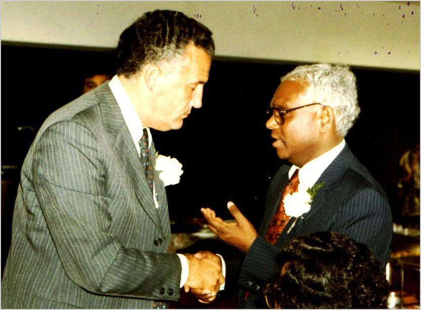 मैरिलैंड के यू. एस. सेनेटर पौल सारबेन भारत के तत्कालीन राजदूत श्री के. आर. नारायण के साथ १५ अक्तूबर १९८४ को