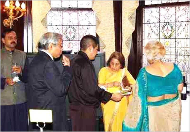 १३ अप्रैल २००८ को भारतीय दूतावास, वॉशिंगटन डी.सी. में उप प्रधान राजदूत रामिन्दर सिंह जस्सल एवं डा० स्मिता तिवारी जस्सल द्वारा आयोजित प्रीतिभोज में आमंत्रित अन्तर्राष्ट्रीय हिन्दी समिति के प्रतिनिधि