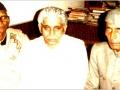 संस्थापक डा० कुँवर चन्द्रप्रकाश सिंह, कवि डा० शिव मंगलसिंह सुमन एवं डा० हरिवंशलाल शुक्ल के साथ ६ अप्रैल १९८४ को लखनऊ में आयोजित विचार गोष्ठी में