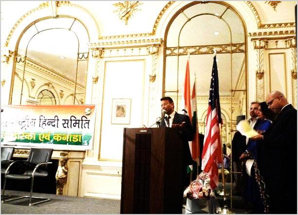 उप कौंसल जनरल डा० गोन्डाने २४ अप्रैल २००९ को भारतीय कौंसलावास, न्यूयार्क में कवि सम्मेलन का उद्घाटन करते हुए