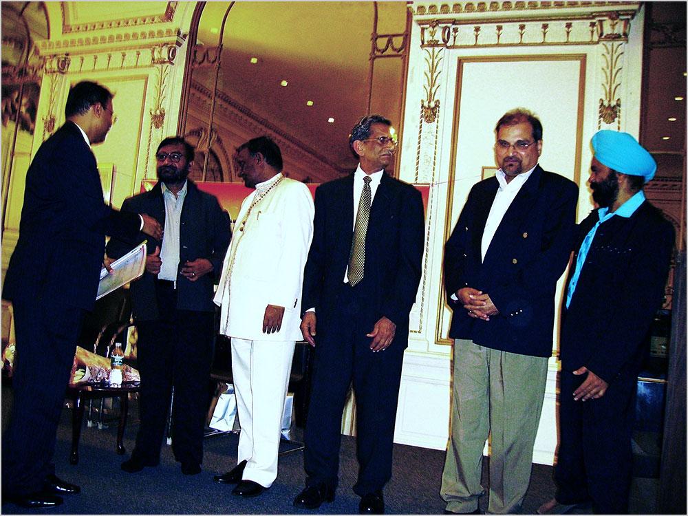 मंच पर उप कौंसल जनरल डा० गोन्डाने के साथ कवि श्री राजेन्द्र राजन, डा० सुरेन्द्र दुबे, न्यूयार्क शाखा संयोजक मेजर शेर बहादुर सिंह, पूर्व अध्यक्ष श्री आलोक मिश्रा, और सरदार मंजीत सिंह भारतीय कौंसलावास, न्यूयार्क में २४ अप्रैल २००९ को