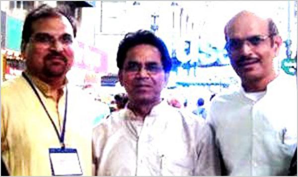 अध्यक्ष श्री आलोक मिश्रा एवं पूर्व अध्यक्ष डा० नंदलाल सिंह डा० अशोक चक्रधर के साथ न्यूयार्क में जुलाई २००७ को