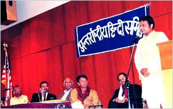 यूनिवर्सिटी आफ कनैक्टिकट कवि सम्मेलन के अतिथि कवि श्री अभिनव शुक्ला काव्य पाठ करते हुए मई २००५ में
