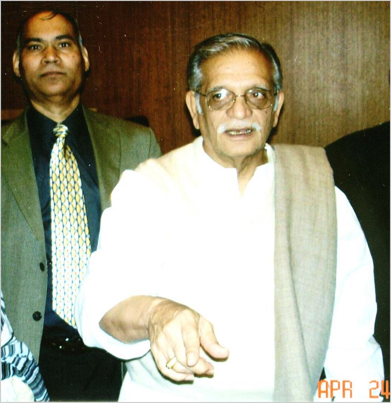 गीतकार गुलज़ार २४ अप्रैल २००६ को भारतीय विद्या भवन के कवि सम्मेलन में