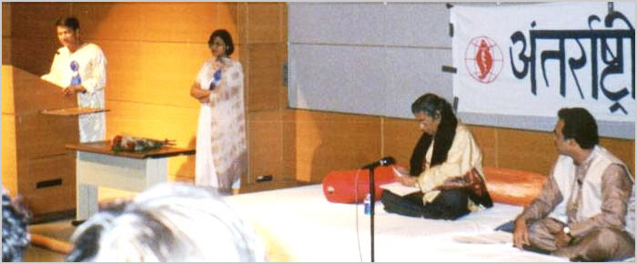 कवि सम्मेलन २००२ के अतिथि कवि श्री हुल्लड़ मुरादाबादी एवं श्री आलोक भट्टाचार्या बौस्टन के एम. आई. टी. परिसर में २७ मई को कविता पाठ करते हुए