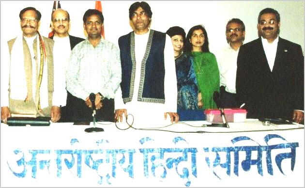 २००१ में आयोजित कवि सम्मेलन के प्रमुख कवि डा॰ विष्णु सक्सेना एवं श्री अलबेला खत्री डैलस में कवि सांड बनारसी के साथ
