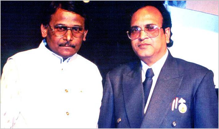 मार्च १९९८ में आयोजित कवि सम्मेलन के प्रमुख कवि डा० सुरेन्द्र दुबे एवं श्री राकेश मधुकर