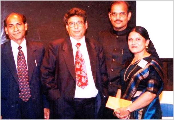 अक्टूबर १९९७ में आयोजित कवि सम्मेलन के प्रमुख कवि डा० कुअँर बेचैन एवं श्री हुल्लड़ मुरादाबादी डैलस में डा० नन्दलाल सिंह और सुश्री मंजु बंसल के साथ