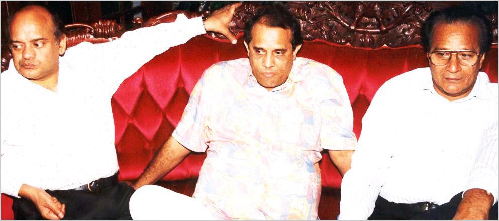 अप्रैल १९९६ में आयोजित कवि सम्मेलन के अतिथि कवि श्री सुरेन्द्र शर्मा, श्री ओमप्रकाश आदित्य एवं श्री हरि ओम पवार