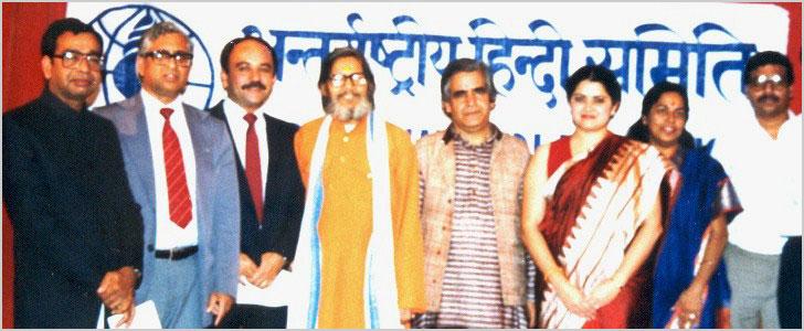 पद्मश्री कवि काका हाथरसी और तरुण जी के साथ समिति के कार्यकर्ता अक्तूबर १९८६ के आयोजित एक कवि सम्मेलन में