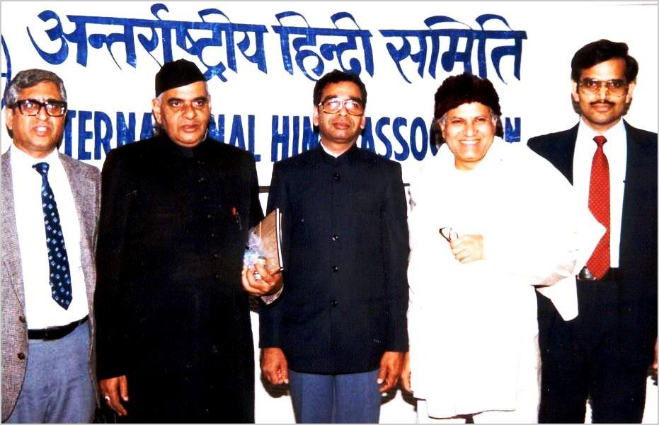 दिसम्बर १९८५ में आयोजित कवि सम्मेलन के अतिथि कवि डा० बृजेन्द्र अवस्थी एवं श्री सोम ठाकुर, श्री ज्योति भाटिया, श्री प्रयाग मिश्रा और श्री नंदलाल सिंह के साथ