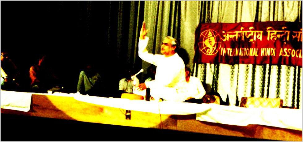 ५ जुलाई १९८३ को मेरीलैंड में आयोजित अन्तर्राष्ट्रीय हिन्दी समिति के प्रथम कवि सम्मेलन में मुख्य अतिथि माननीय श्री अटल बिहारी वाजपेयी कविता पाठ करते हुए, महाकवि श्री गुलाब खंडेलवाल पीछे बैठे हैं