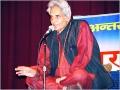 सितम्बर २००४ में आयोजित कवि सम्मेलन 'कारवां गीतों का`: प्रमुख कवि पद्मश्री गोपालदास नीरज और श्री सर्वेश अस्थाना काव्य पाठ करते हुए